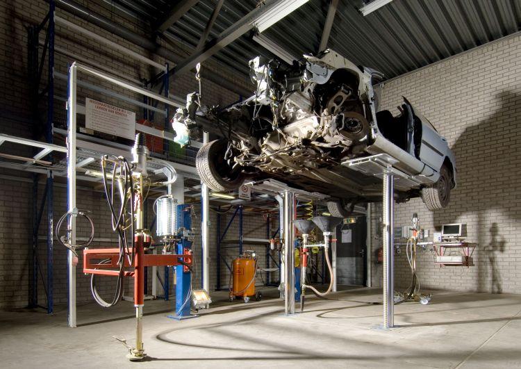 Extraktion der Flüssigkeiten bei Autoverwertung Bart Ebben Citroën Peugeot