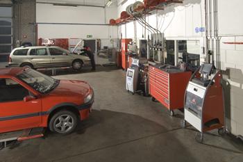 In unserer modernen Werkstatt können wir Ihnen mit all Ihren Auto-Problemen helfen. Bart Ebben Citroen Peugeot Renault